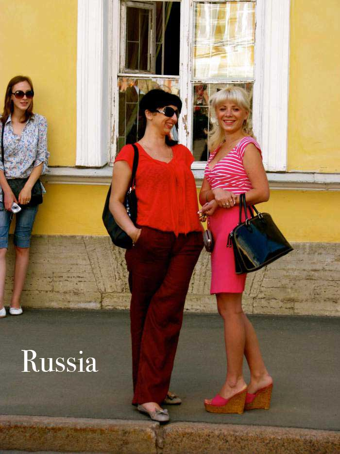ladies-at-peterhof,-russia