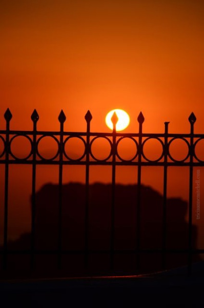 santorini-sunsets-iron-railing