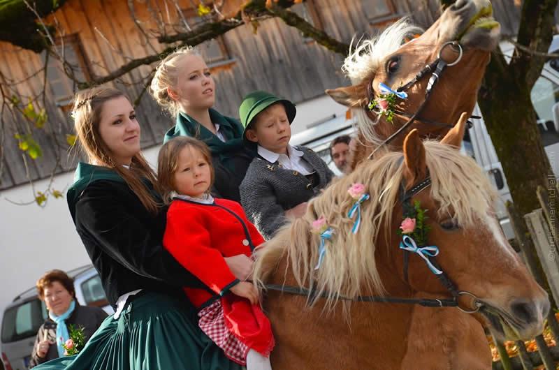 Leonhardiritt parade in Unterammergau families riding horses