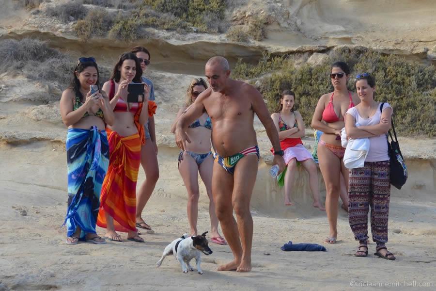 titti-diving-dog-malta-paparazzi