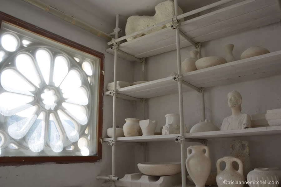 brac-limestone-vase-sculpture-window-pucisca-stonemasonry-school