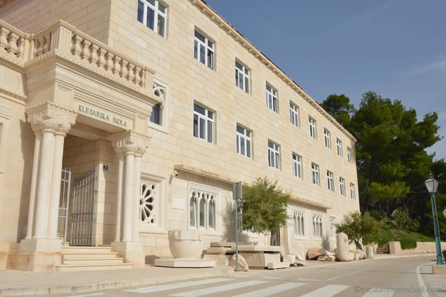stonemason-school-croatia-klesarska-skola-pucisca-brac-island-exterior-building